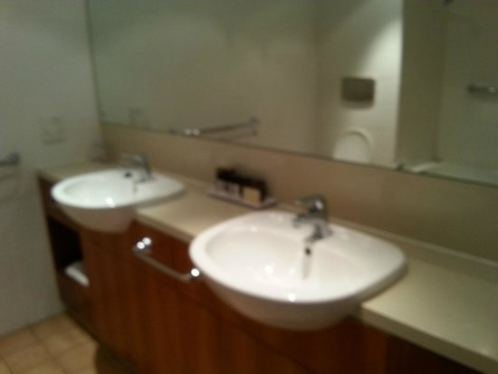 Desert Gardens Hotel, Ayers Rock Resort: Twin sinks