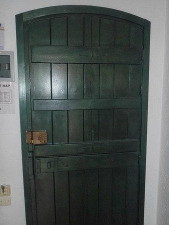 Paloma Garden Hotel : door to our room