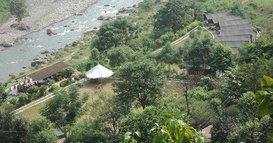 Himalayan Bear Stream Camp: A view of the beautiful camp grounds