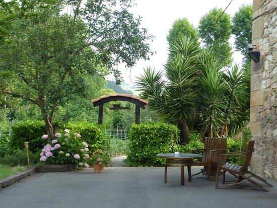 Casa Rural Jesuskoa: Jardin, entrada al huerto