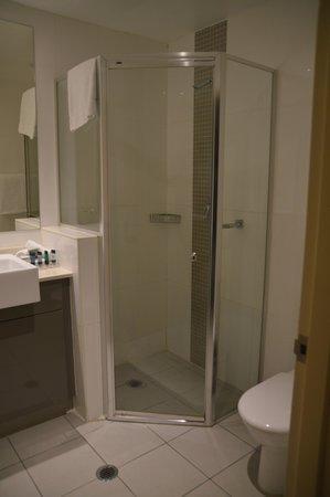 Meriton Suites Kent Street, Sydney: bathroom