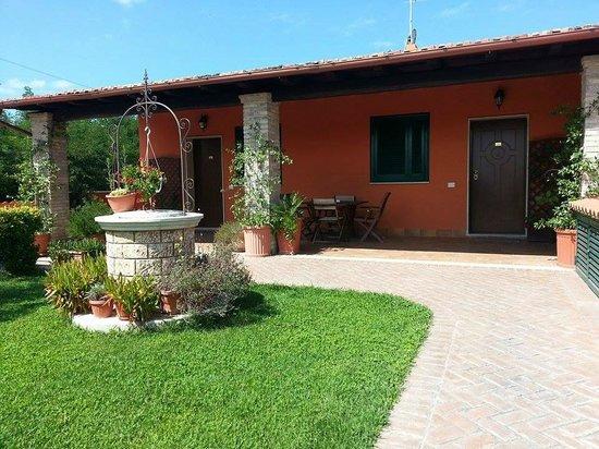 Pozzi Da Giardino In Pietra.Giardino Con Pozzo In Pietra Foto Di Casale Delle Margherite