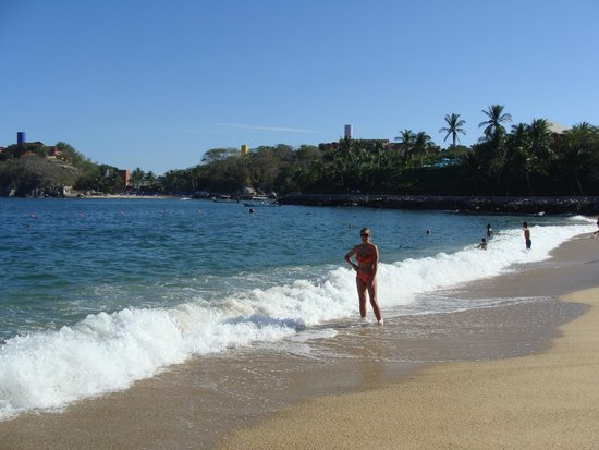 Las Brisas Huatulco: Enjoying the waves