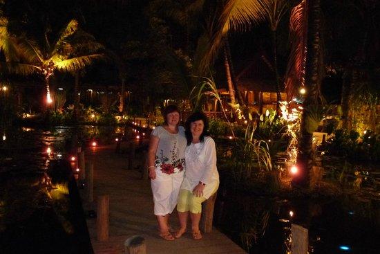 Maison Dalabua Hotel: Вечером на территории отеля.