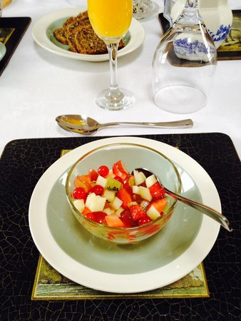 Barr Farmhouse: Fresh Fruit Salad at Breakfast with delicious Passion Fruit Coulis. Yum!