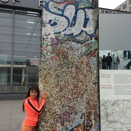 Gedenkstätte Berliner Mauer: в обнимку с Берлинской стеной. Одной ногой в коммунизме, другой-в капитализме