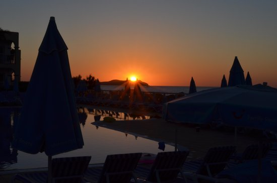 Sirenis Hotel Club Aura: Sunset view over main pool.