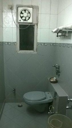 Sagar Residency: Dingy bathroom