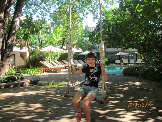 Woodlands Hotel & Resort: качели