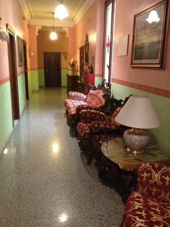 Hotel Desiree: Couloir menant vers les chambres