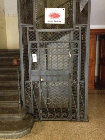 Hotel Desiree : Ascenseur montant à l'hôtel