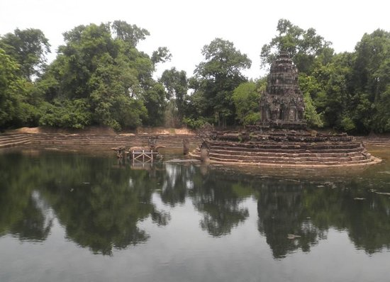Preak Neak Pean pond from the North, with Horse Statue