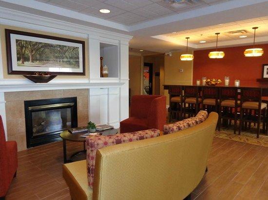 Hampton Inn Columbus-North: lobby sitting area