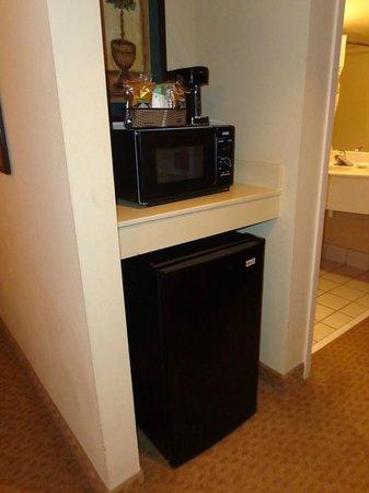 Hampton Inn Columbus-North: micro/fridge