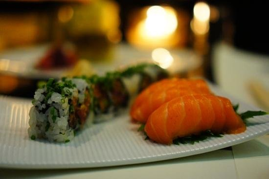 Market by Jean-Georges : salmon nigiri and spicy tuna roll