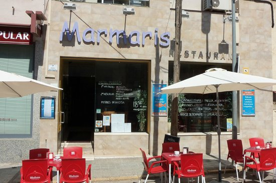 Ресторан Marmaris. Столики на улице. Время завтракать.