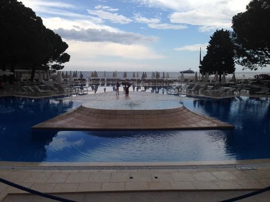 Le Meridien Beach Plaza: Pool area