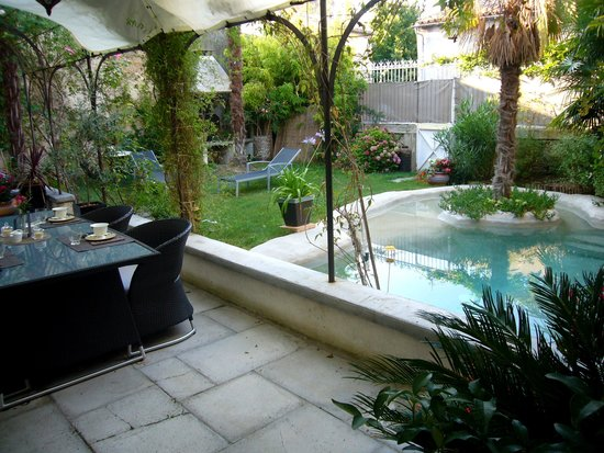 Verzeille, Francia: Petit déjeuner dans le jardin!