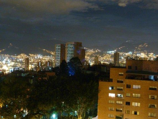 Best Western Sky Medellin Hotel: Vistas nocturnas desde la habitación