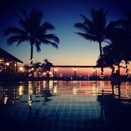 Nakara Long Beach Resort : вид на закат из бассейна очень классный!