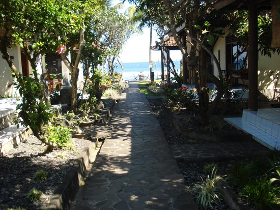 Temple Cafe & Seaside Cottages : Past the pondok's to the beach