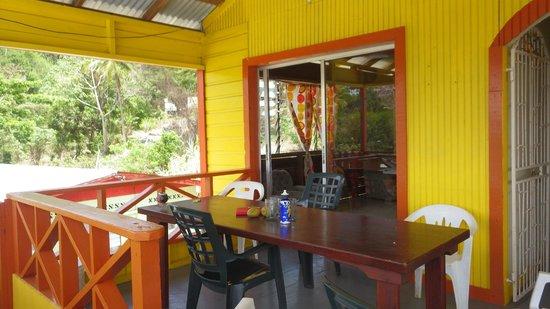 Two Seasons Guesthouse: La terrasse et sa grande table pour repas conviviaux