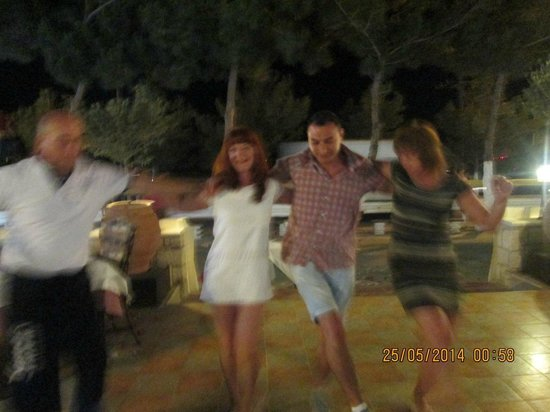 Smartline Sergios Hotel : танцы в таверне