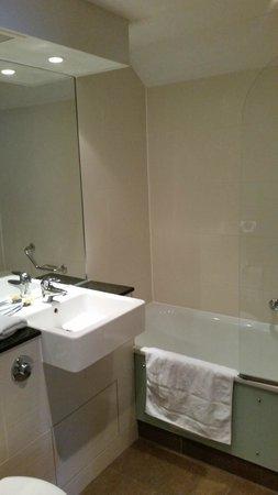 Mercure Warwickshire Walton Hall Hotel & Spa: Bathroom