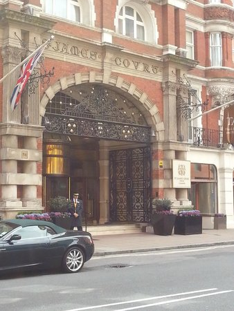St. James' Court, A Taj Hotel: Entrance to the hotel