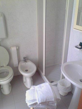 bagno essenziale ma completo, ma pulito e curato - Picture of Hotel ...