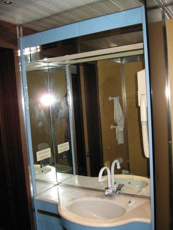 Meditur Hotel Cagliari Santa Maria : Parte de lavabo, ducha