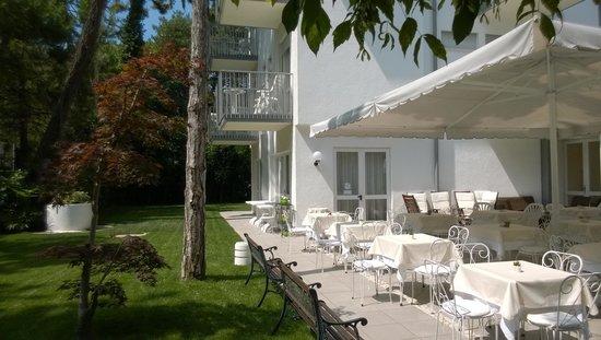 Eurovil Garni: Terrasse, Frühstück oder Getränk nachmittags..