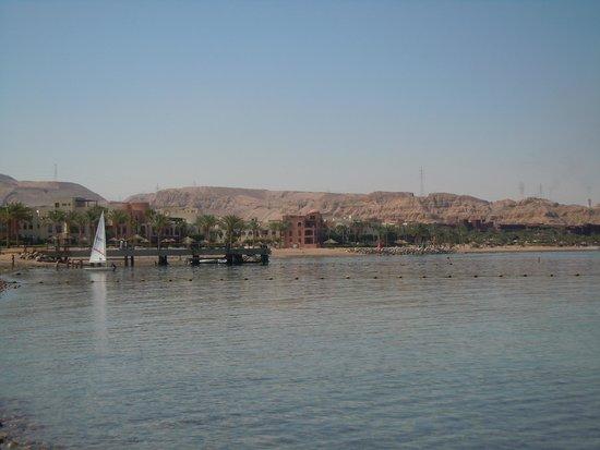 Swiss-Belresort Tala Bay, Aqaba: Vista dalla spiaggia