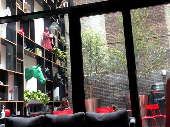 citizenM New York Times Square: Outside seating next to lounge