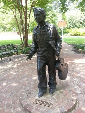 Elvis Presley Birthplace & Museum: Statue of a young Elvis