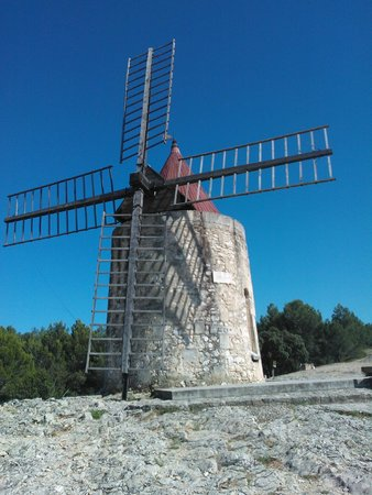 Moulin de Daudet: ... and another view against a perfect sky