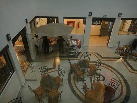Hotel Santa Cruz: 吹き抜けの中庭。