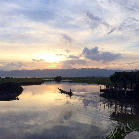 Aureum Palace Resort & Spa Inle : Sunset from hotel pool