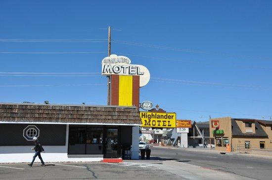 Highlander Motel: Вид на мотель с дороги и там же ресепшн