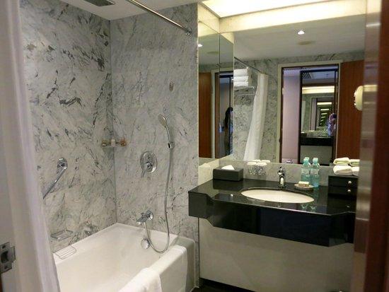 Kempinski Hotel Beijing Lufthansa Center : Обе ванные комнаты абсолютно идентичны