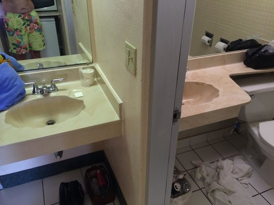 Howard Johnson Resort Hotel - ST. Pete Beach FL: The two vanities were a nice feature.
