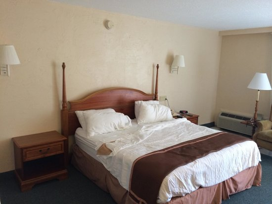 Howard Johnson Resort Hotel - ST. Pete Beach FL: A little barren.  Needs a picture.  Headboard is unattached to the bed and wall and bounced back