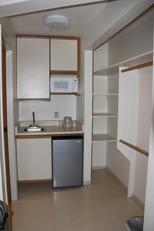 Spanish Trails Inn and Suites: Kitchen Cupboard