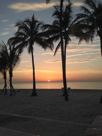 Hollywood Beach Marriott: Standing on the beach at sunrise
