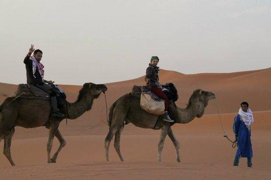 Merzouga Camp: Said con Sergio e Katy nel deserto