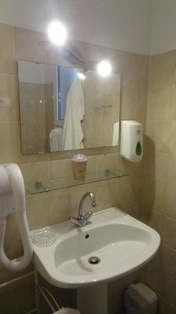 Gites Les Bruyeres d'Erquy : salle de bain trés trés peu équipé
