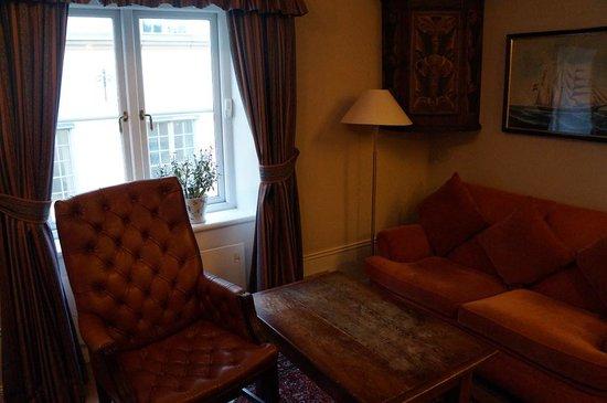 Victory Hotel: 通常の部屋はスーツケースを広げると結構狭かったので…