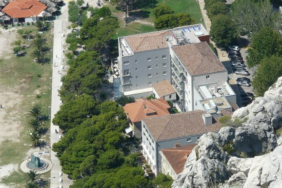 Hotel Plaza Omis : Plaza from the Fortress Starigrad with beach to left