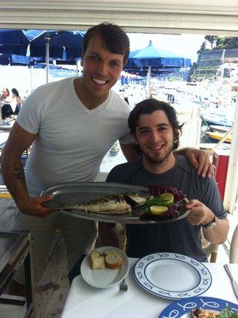 Ristorante Bagni Delfino: Andrea and my hubby with the seabrim!