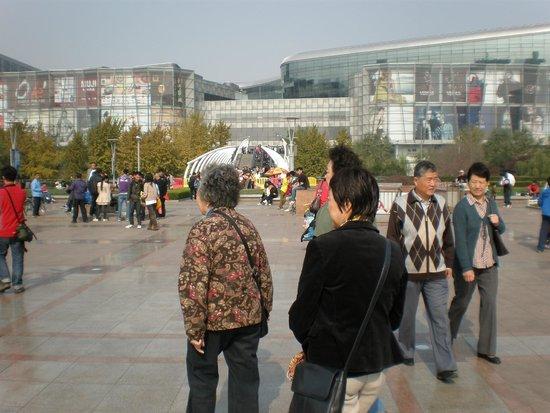 Baotu Spring Park: Main Square, Parc 6 Shopping Centre Jinan